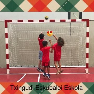 Niños disfrutando escuela balonmano Txingudi Eskubaloia